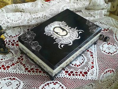 Шкатулка черно-белая