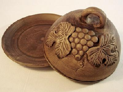 Глиняная масленка с виноградом - посуда ручной работы