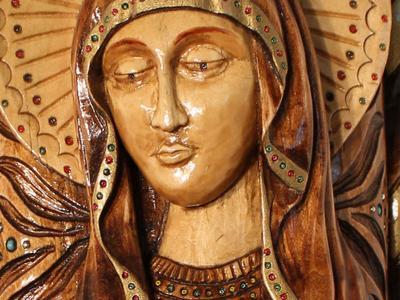 Статуя Образ Пресвятой Богородице выполненная из березы