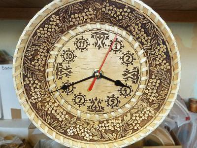 Настенные часы ручной работы из бересты
