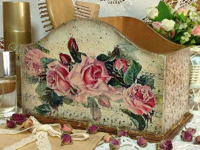 Подставка-короб сделана в винтажном стиле