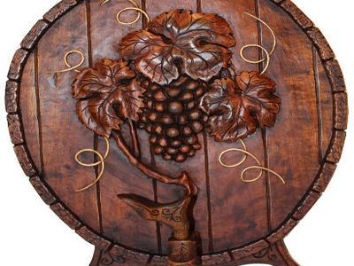 Бочка с виноградной гроздью вырезанная из дерева